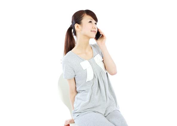 Japonaise effectuant un appel téléphonique
