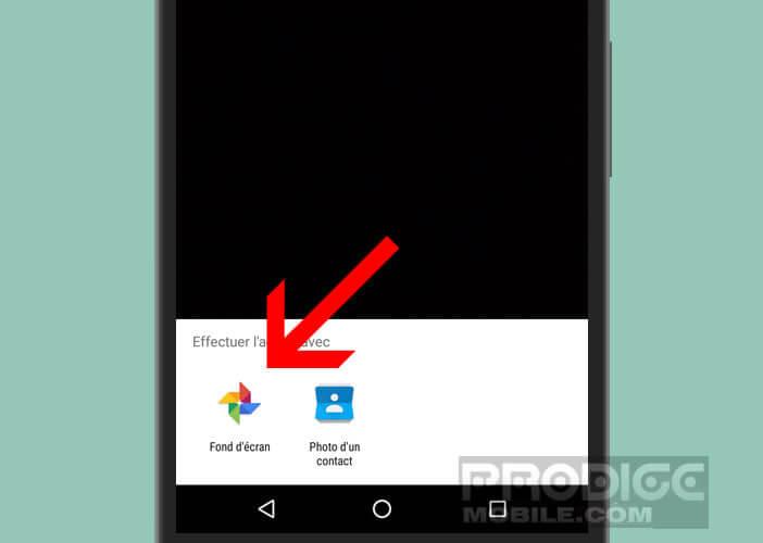 Economiser de la batterie avec un fond d'écran de couleur noire