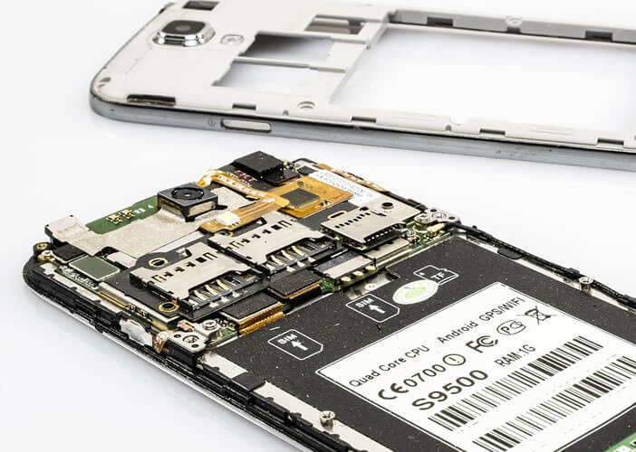 Retirer si possible la batterie d'un téléphone ayant été en contact avec un liquide