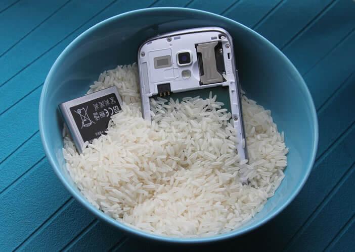 Placez votre téléphone dans un bol de riz pour absorber l'humidité