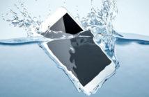 5 astuces pour sauver un smartphone tombé dans l'eau