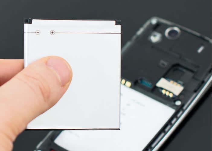 Accéder au slot de la carte SIM avec un téléphone à batterie amovible