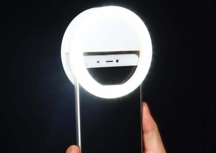 Lumière d'appoint qui se fixe sur un smartphone Android