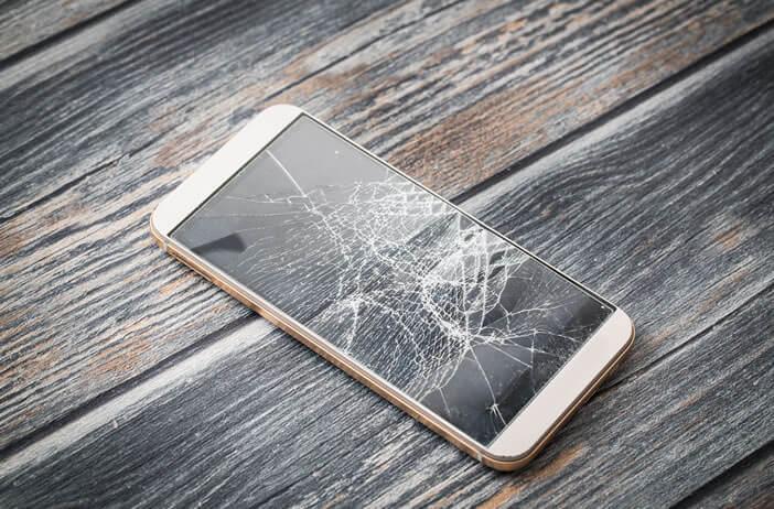 Procéder au remplacement et à la réparation d'un écran cassé suite à un choc